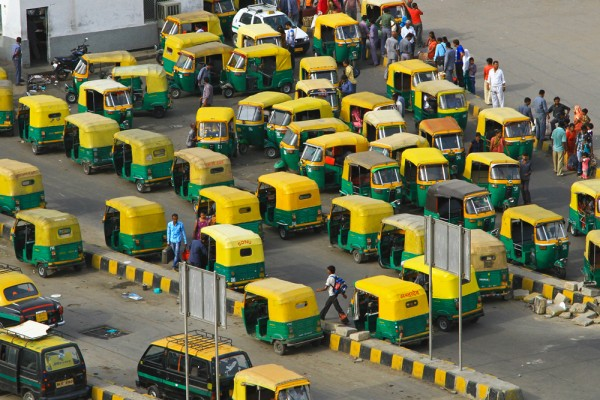 tuk-tuk-train-station-new-delhi-india-600x400